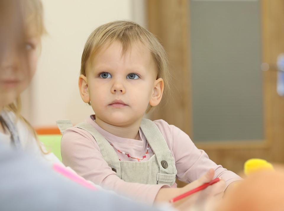 Ребенок не хочет ходить в садик и плачет: советы психолога