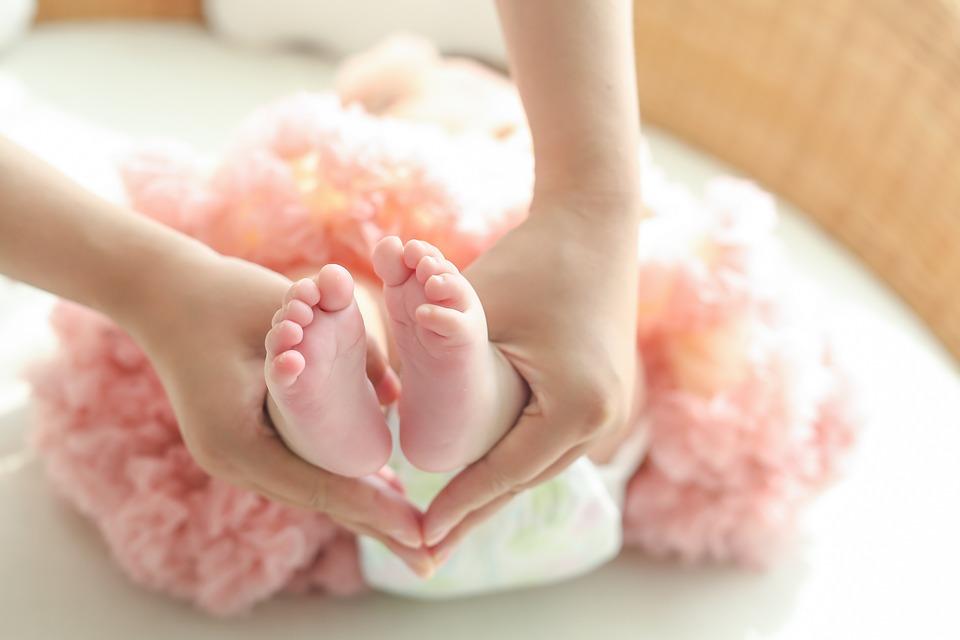 Проверенные признаки беременности девочкой Одним из самых важных этапов в развитии молодой семьи является беременность женщины. Это всегда радость. А ребёночек… так ещё и море положительных эмоций. С ним можно познать весь мир с самого начала. И это нужно сделать. Уже на этапе ранней беременности, когда пол установить ещё невозможно, родители собираются делать комнатку. Но вот незадача – в какие цвета её оформлять, нейтральные? Именно поэтому женщины ищут проверенные признаки беременности девочкой, чтобы твёрдо быть уверенной в том, что у них будет маленькая подружка. Об этом мы с Вами и поговорим. Меняется ли внешность женщины при беременности девочкой или нет? Если Вы хотите маленькую принцесску, которая будет с Вами советоваться; помогать на кухне; сплетничать; вместе краситься и делать многое-многое другое, то стоит обратить внимание на определённые признаки. Такие действительно есть и они позволяют с большой долей вероятности ещё до УЗИ определить пол. Первым делом нужно сосредоточиться на собственном самочувствии. По статистике, во время первого триместра те, кто беременны принцессой, успевают неплохо помучаться. Самые приятные запахи вызывают тошноту и наоборот, неприятная ранее еда становится невероятно вкусной – так проявляется очень сильный токсикоз. Помимо прочего, всё это идёт наряду с головными болями, повышенной слабостью и желанием спать 25 часов в сутки. Ещё один из известнейших факторов, указывающих на девочку – это состояние кожи. Недаром в народе говорят, что принцессы потихоньку забирают у своих матерей их красоту. Обратите внимание, не меняется ли в худшую сторону Ваша кожа, несмотря на всевозможные ухаживания за ней, постоянный подбор средств и тому подобное. Вот первые признаки: • Большое количество заметных красноваты прыщей – и не только на лице, во многих частях тела. Это могут быть и лопатки, и руки; • Появление угревой сыпи; • Возникновение пигментный пятен (не всегда, но также достаточно часто). К сожалению, рождение будущей принцессы ск