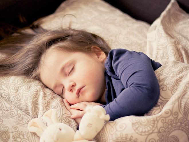 Младенец кряхтит, сопит и хрюкает во сне: почему это происходит